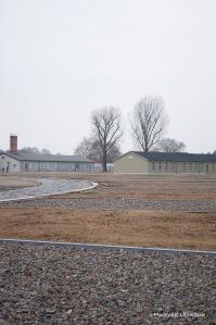 On voit quelques baraques et l'empreinte de bâtiments rasés. À gauche, on devine la piste d'essai des bottes militaires.